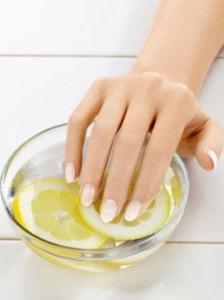 bath230 lem 224x300 Что делать, если ногти слоятся и ломаются?