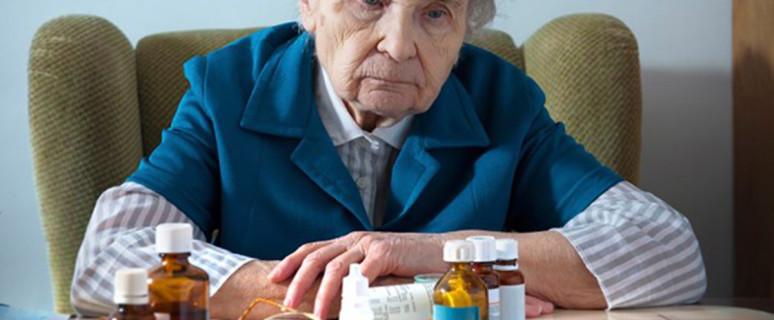 30.11.2012 ÄZ: Ein Haufen verschiedener Arzneien - Polymedikation ist vor allem im Alter ein Problem. © Alexander Raths / iStockphaoto.com Ärzte Zeitung / 216a06 / 30.11.2012  senior woman and medicine